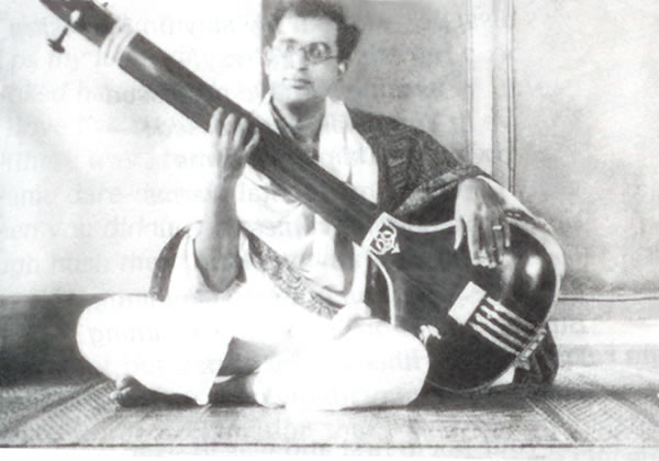 Dadaji/Sri Dilip Kumar Roy/: Playing the Instrument